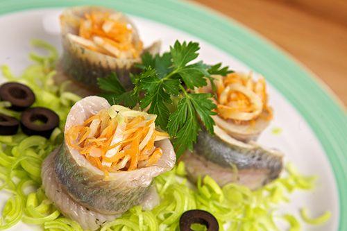 Фаршированная рыба — вкусное праздничное блюдо, для приготовления которого следует обладать определенными кулинарными навыками.