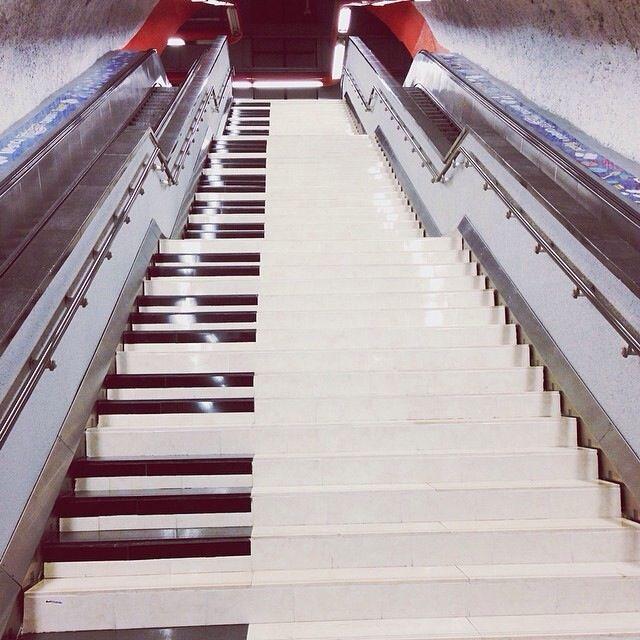 Piano escaleras polanco metro lugares pinterest for Escaleras 5 metros