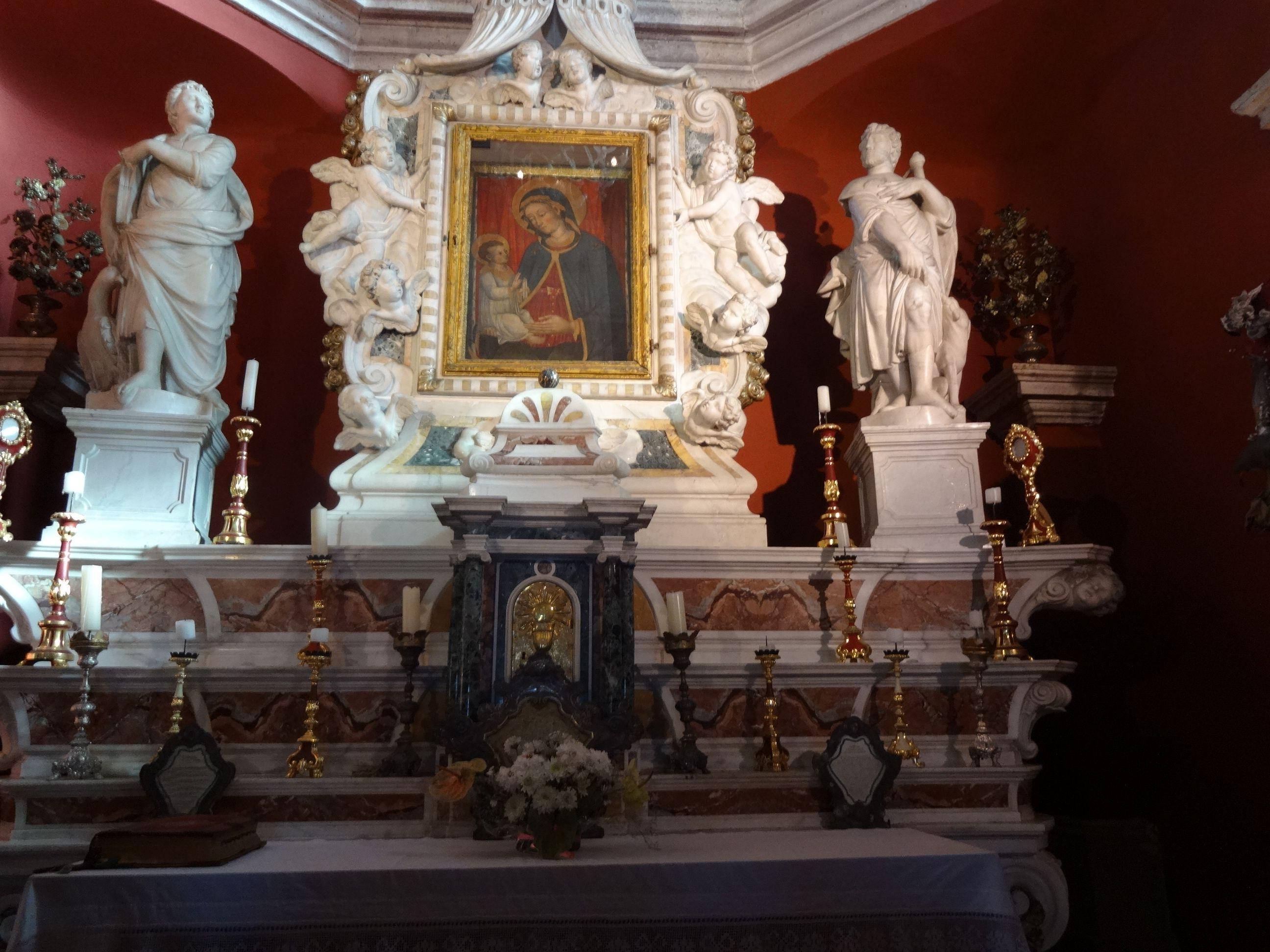 O altar da Igreja Nossa Senhora do penhasco cuja imagem ,segundo contam,foi encontrada por marinheiros em 1630.