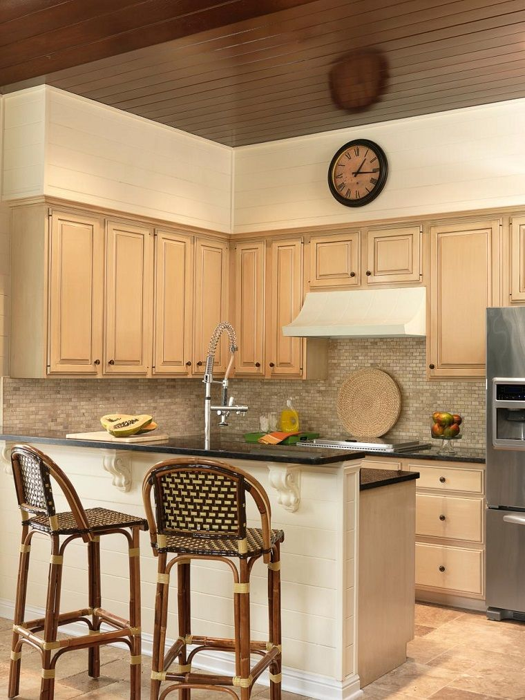 Sillas altas de bamb en la cocina peque a moderna mi - Cocinas pequenas y modernas ...