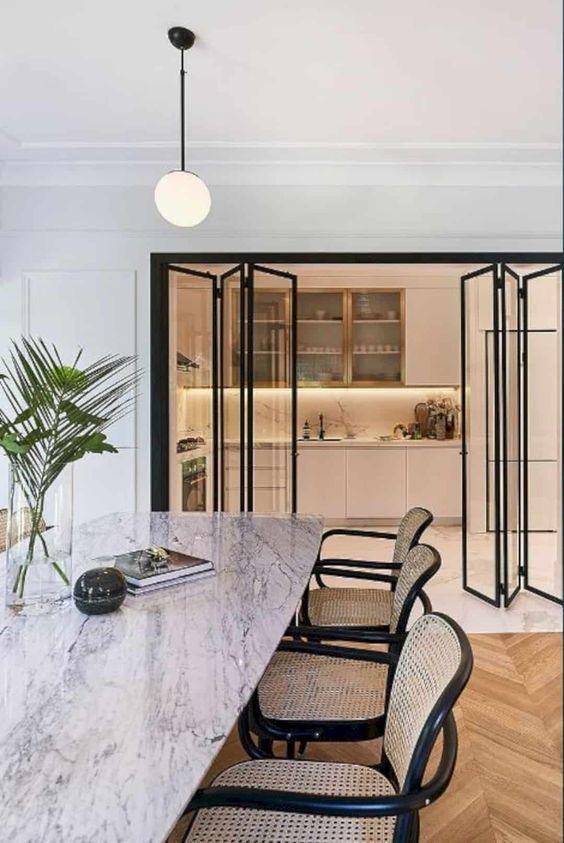 Decoração Porta de Vidro Cadeiras de madeira preta e mesa com tampo claro revistavivadecora2 215820