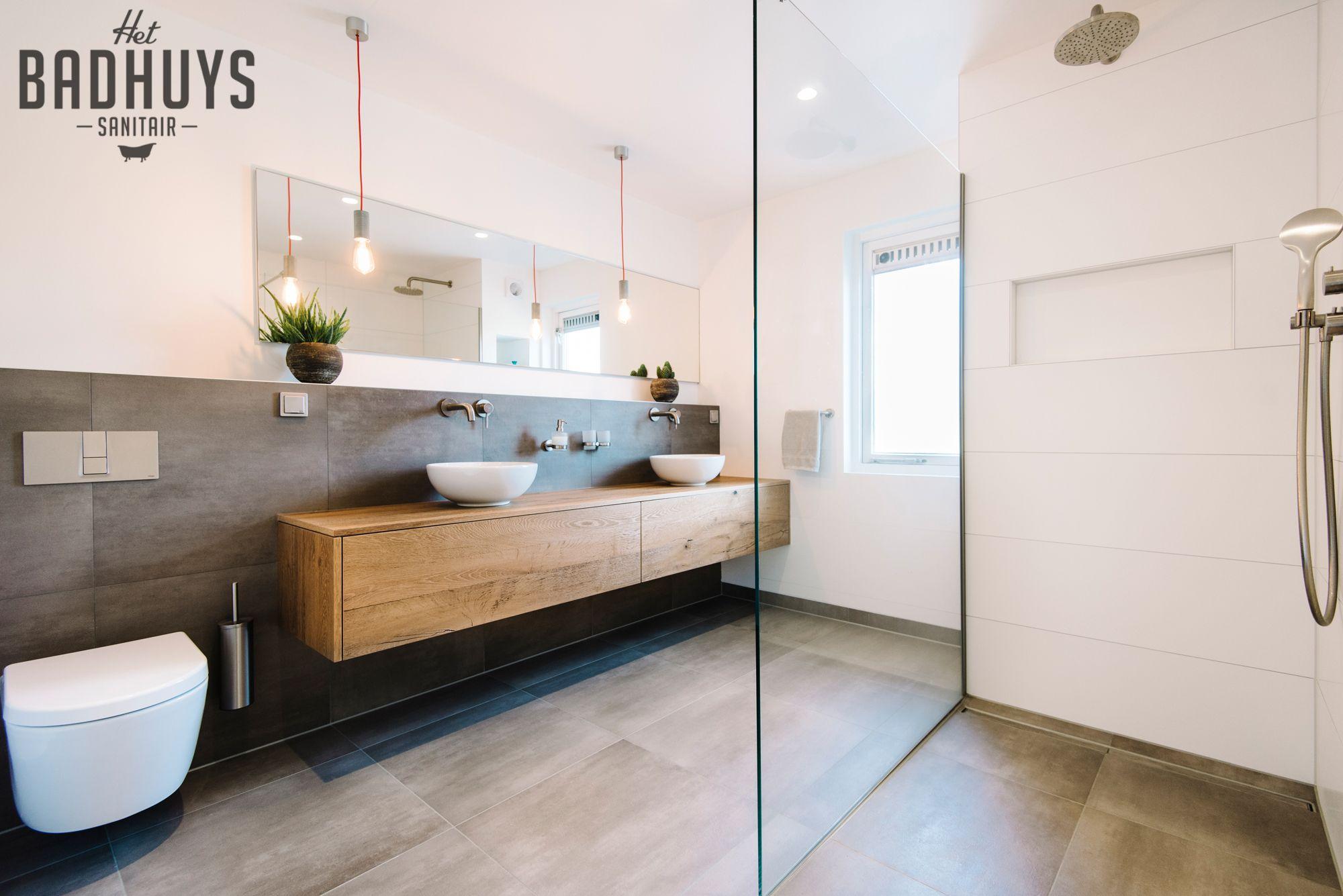 Badkamer met inloopdouche en inbouwkast het badhuys badezimmer