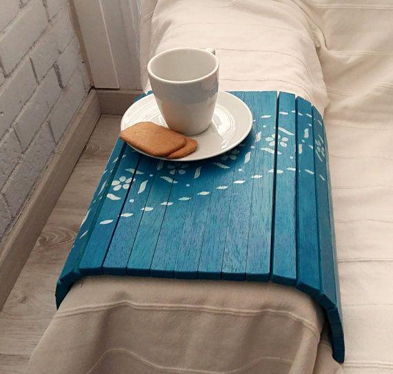 He encontrado este interesante anuncio de Etsy en https://www.etsy.com/es/listing/262325764/flexible-tray-or-sofa-bed-wooden-tray