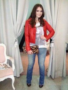 jaqueta de couro vermelho com calça jeans