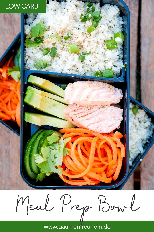 Meine Low Carb Meal Prep Bowl mit Lachs, Avocado und Blumenkohlreis ist vollgepackt mit guten Zutaten und einfach perfekt für das gesunde Mittagessen im Büro - Gaumenfreundin Foodblog #mealprep #rezepte #healthy #lunch #lowcarb #low #carb #abnehmen #wochenplan #gesund #einfach #lachs #mealprepplans