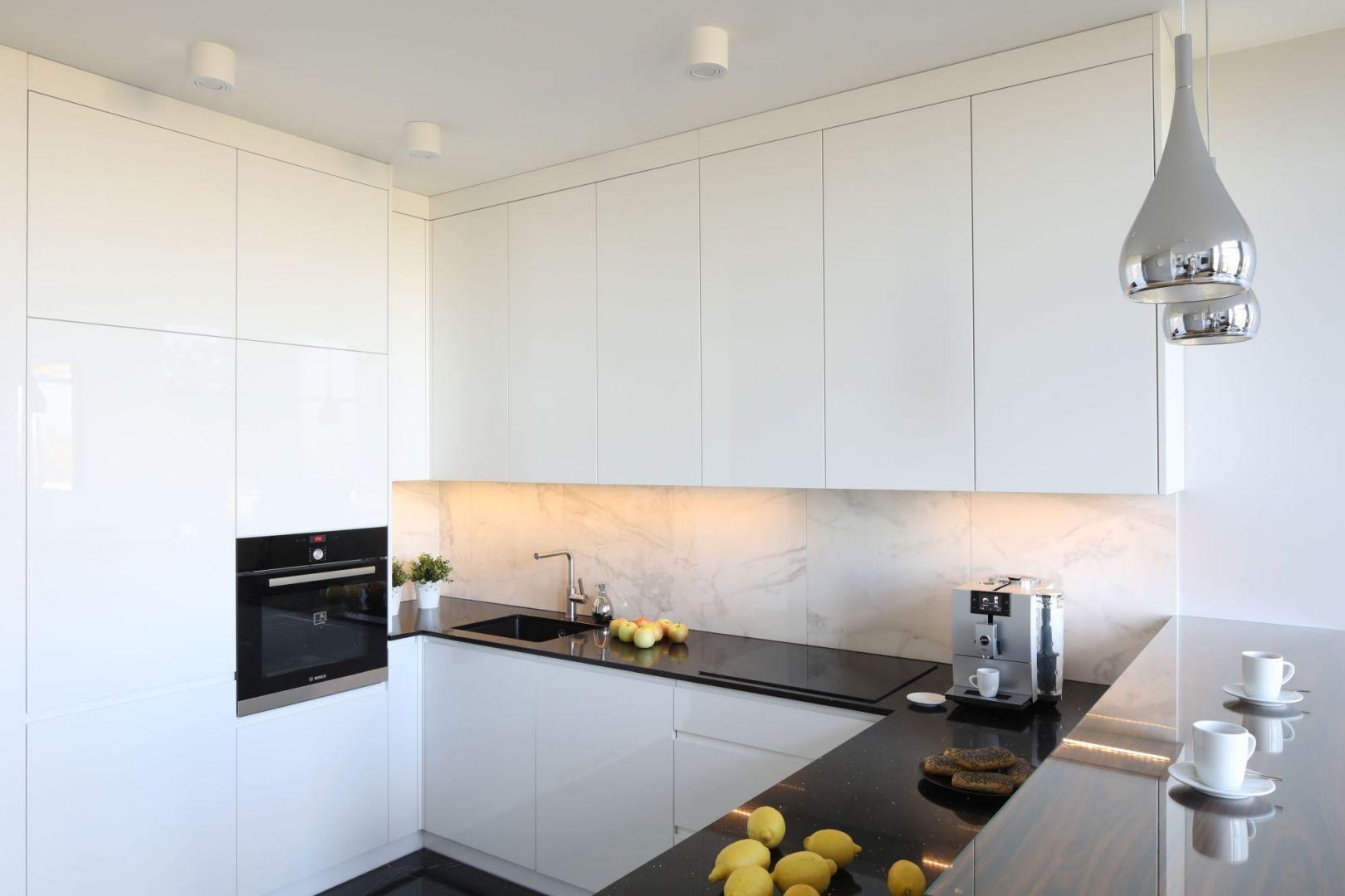 Sciana Nad Blatem 20 Pieknych Zdjec Kuchni Galeria Dobrzemieszkaj Pl Kitchen Cabinets Kitchen Flat Design