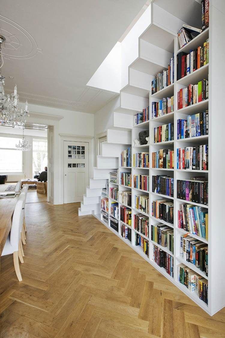 Das Bücherregal unter der Treppe befindet sich in einer ...