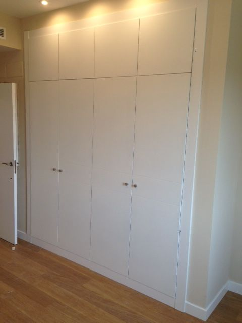 Frente de armario abatible con altillos lacado en blanco for Armario de pared con entrada equipada