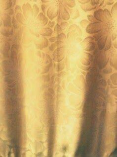 Tela de raso amarilla estampada de la abaya.