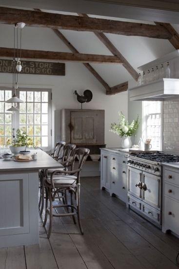 Cocina Rustica Con Muebles Color Gris Isla Como Barra De Desayunos - Cocina-suelo-gris
