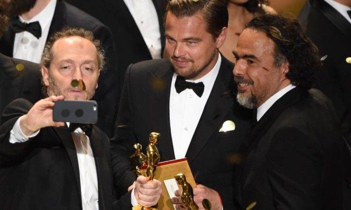 Emmanuel Lubezki, Leonardo DiCaprio e Alejandro González Iñárritu: selfie na fim da premiação MARK RALSTON / AFPhttp://oglobo.globo.com/ela/gente/leonardo-dicaprio-comemora-oscar-em-restaurante-com-pratos-partir-de-us-12-18772289
