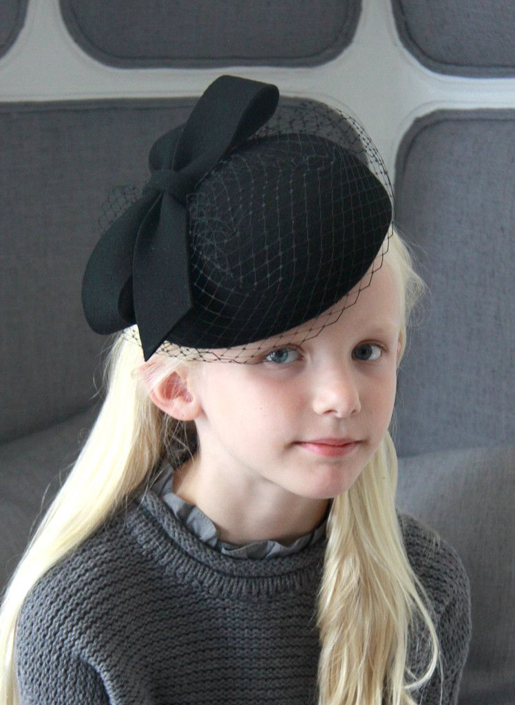 Giovannio Bow with Veil Pillbox in Black
