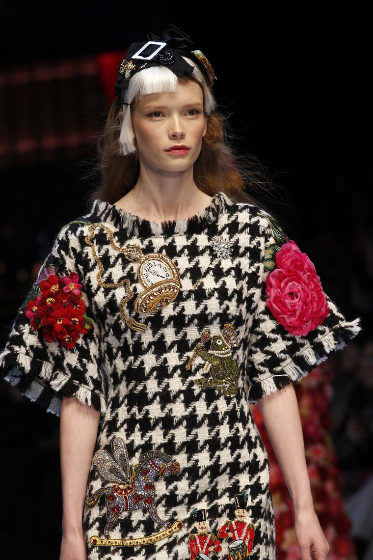 See all the accessories, jewelry, shoes, purses, and more detail photos  from the Dolce   Gabbana Fall 2016 Ready-to-Wear fashion show. 7a0729a74bf