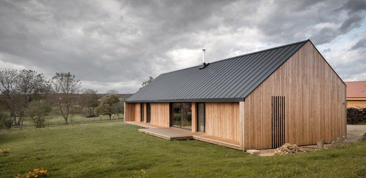 Jolie maison contemporaine en bois entourée par les prairies de