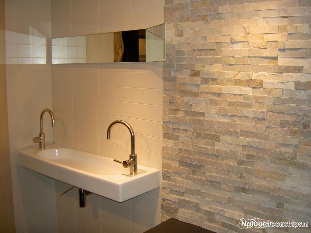 Wit Kwartsiet steenpanelen, verwerkt in badkamer. De strips zijn ...