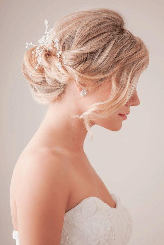 Inspiracoes E Dicas De Penteados De Noiva Para Cabelos Curtos Com Esse Estilo Os Acessorios Ficam Bem Mais Em Ev Frisur Hochzeit Hochzeitsfrisuren Brautfrisur