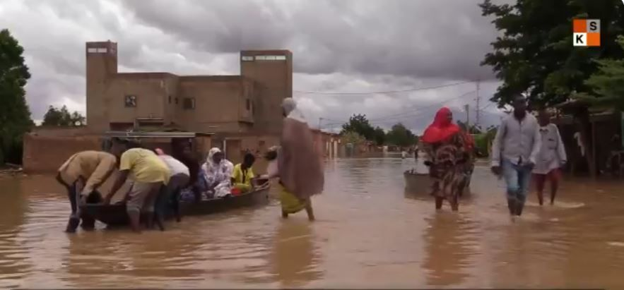 Inondations Au Niger A Niamey Les Pirogues Ont Remplace Les Taxis Video En 2020 Pirogue Taxi Mounir