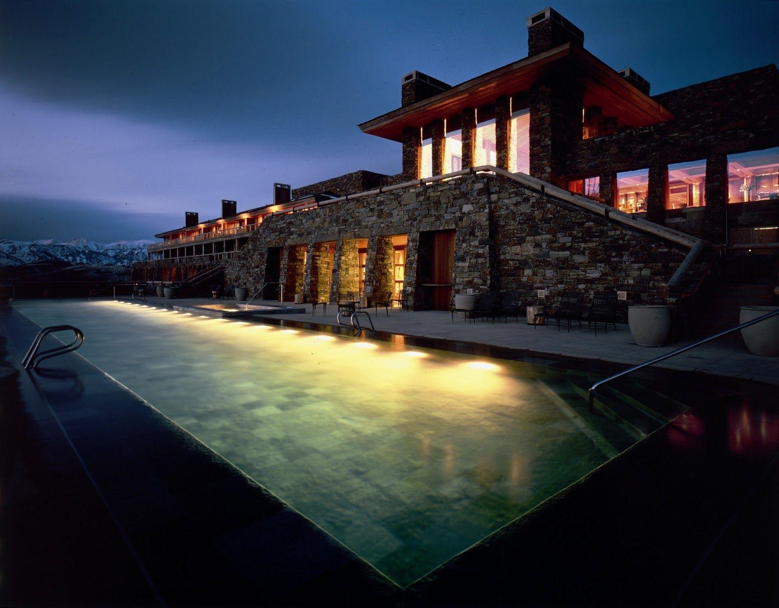 L'hôtel Amangani, le premier des Aman resorts aux États-Unis, est juché sur la crête de la Butte East Gros Ventre, à 2135 mètres au-dessus...