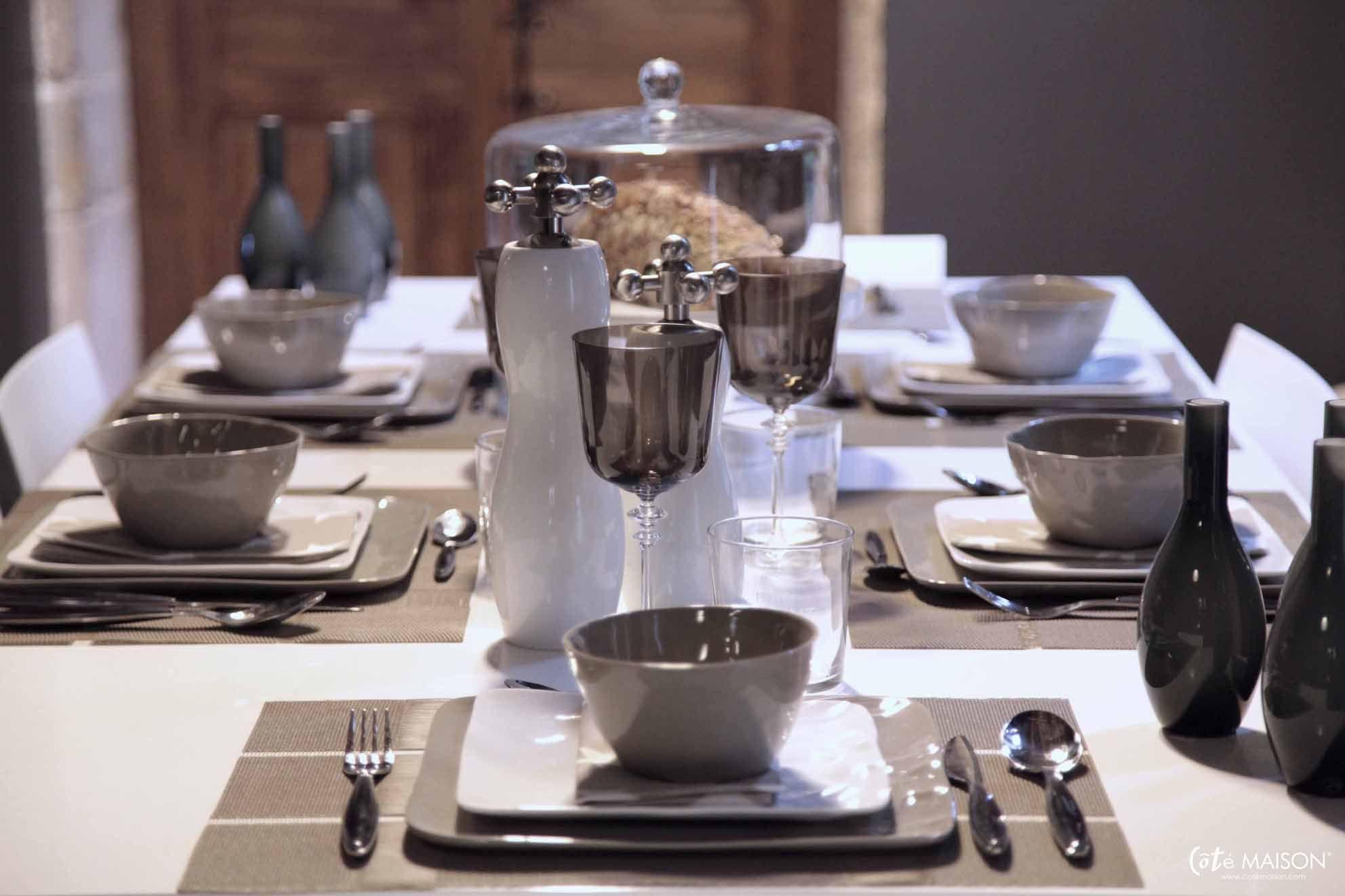 Une table en mastic et blanc avec le service Caesar