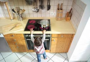 PREVENCIÓN DE ACCIDENTES Cuando tenemos niños, es muy común que éstos estén en riesgo de sufrir accidentes debido a que se encuentran en una etapa de mucha curiosidad. Por esto es importante saber sobre la prevención de accidentes en casa.