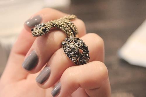 el anillo es muy Angelina