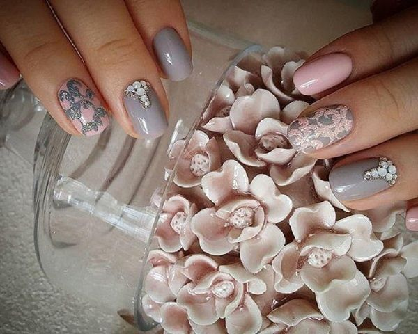 Alternating Pink And Gray Winter Nail Art Design The Nails Are Painted In Light Pink And Gray Colors In Alternating Method With The Base And The Details Design