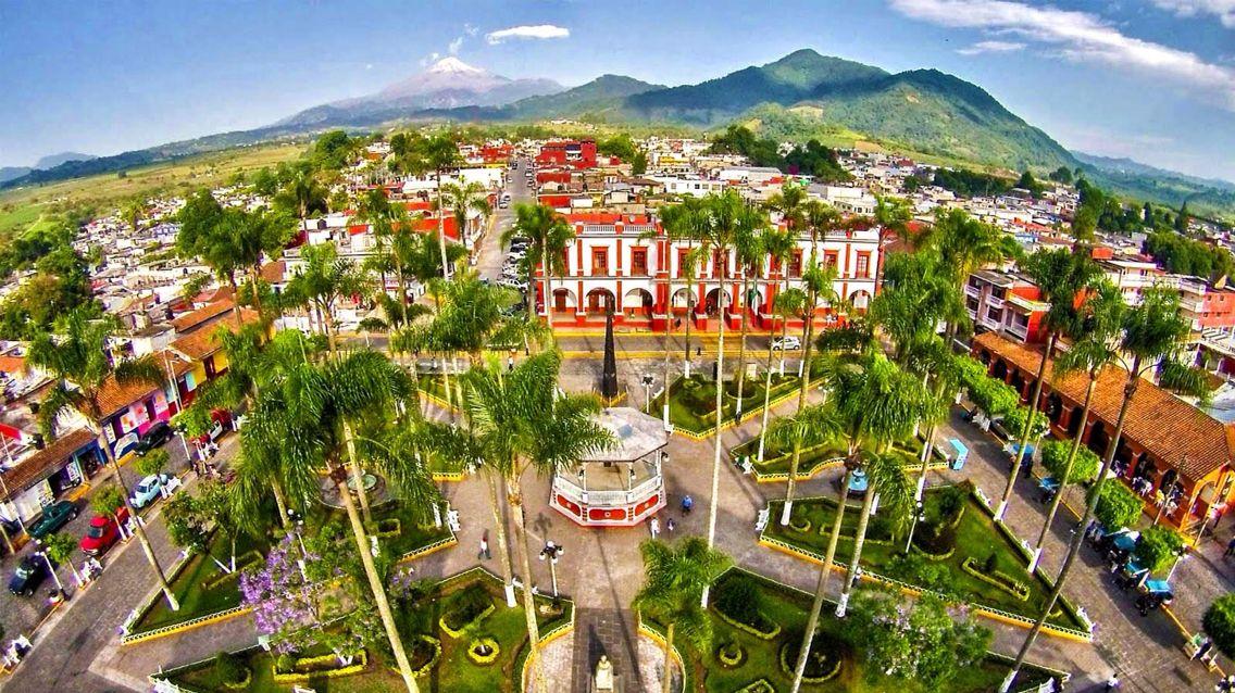 ☀ Coscomatepec de Bravo, Veracruz - (Declarado #PuebloMágico en 2015) Este sitio es una fusión de cultura y tradición que reflejan su historia de más de un siglo; se encuentra resguardado por el Pico de Orizaba, la cumbre más elevada de #México ^_^ ¡Déjate cautivar por sus sabores y aromas típicos!