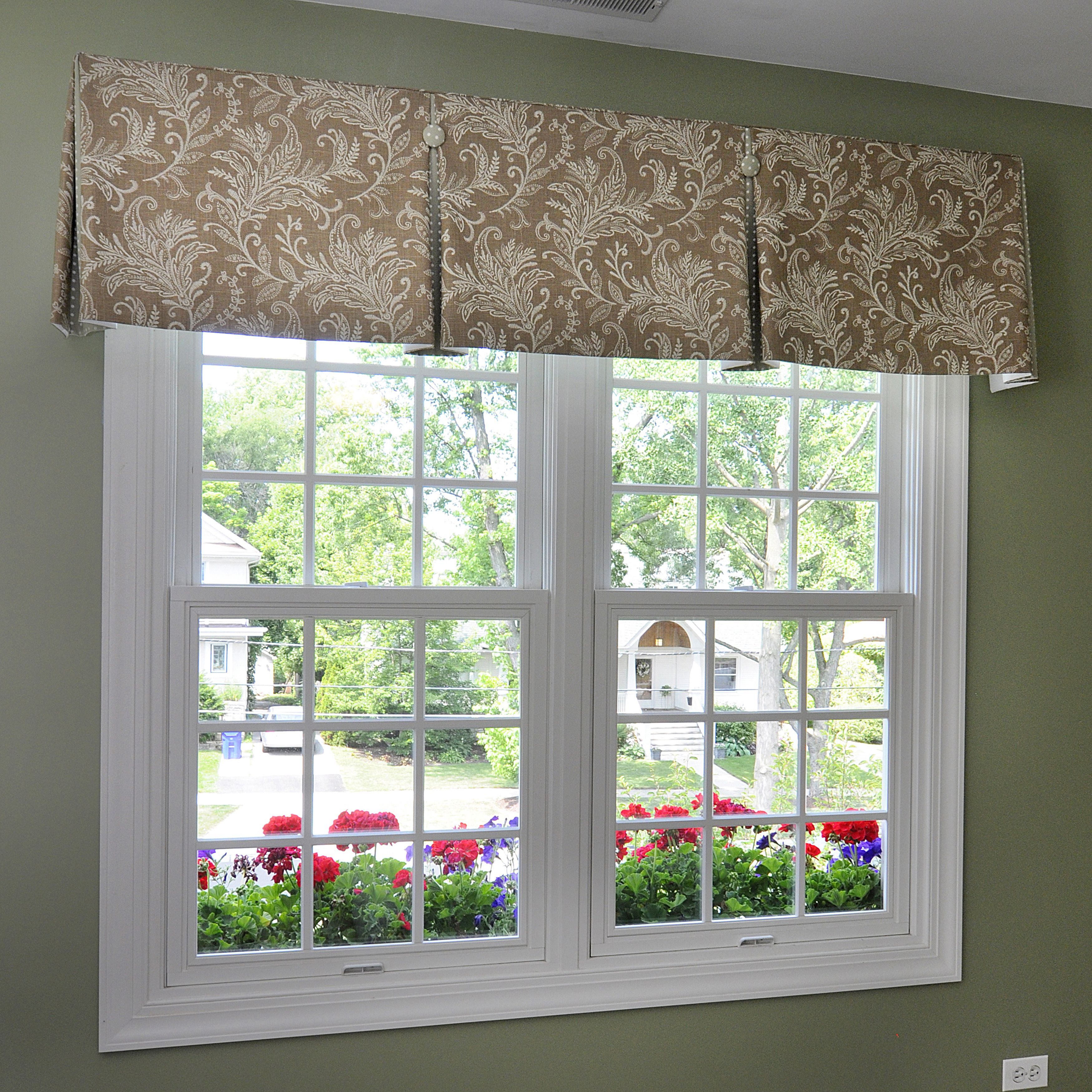 Inverted Box Pleat Valance With Contrast Pleats And
