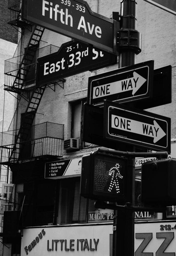 panneau signal tique sur la 5 me avenue new york photos noir et blanc urban feeling. Black Bedroom Furniture Sets. Home Design Ideas
