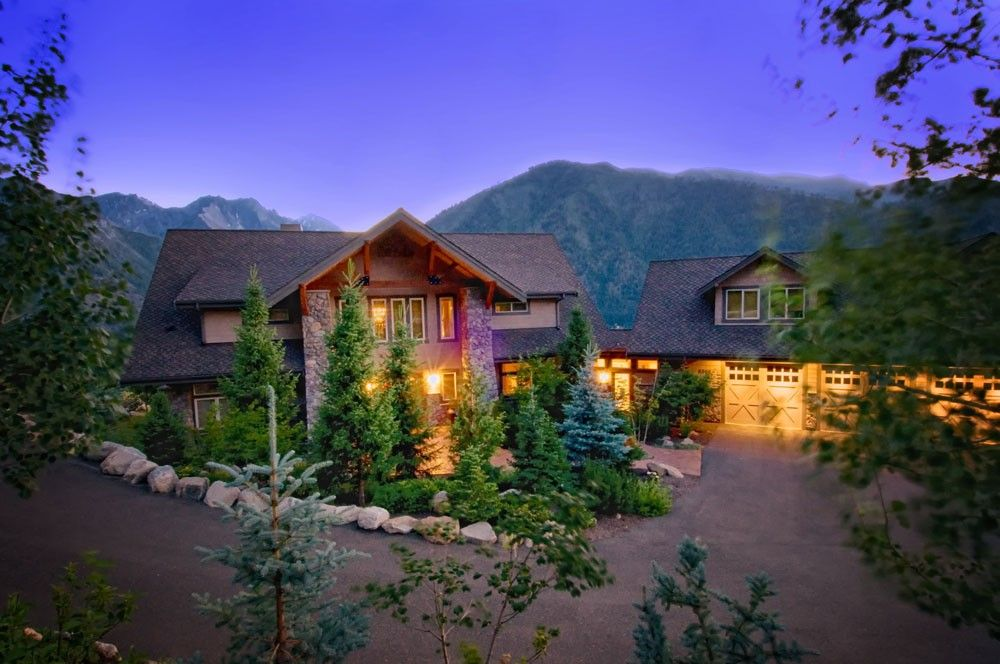 Leavenworth lodge rental - .Enchantment Lodge at dusk with Icicle Ridge in background