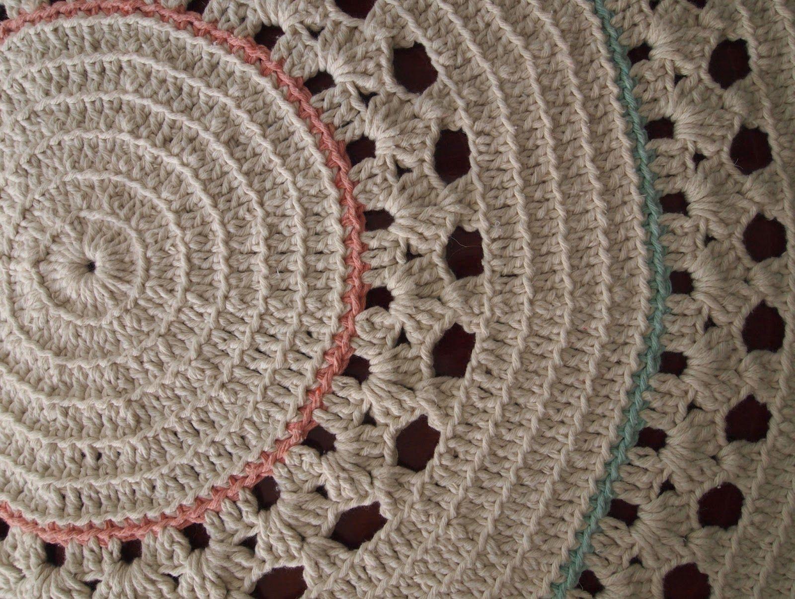 Quando vi este tapete me apaixonei. Outro estimulo para faze-lo foi a aluna  Lilian que queria um tapete redondo grande. Feito com . e6a4df9f8e