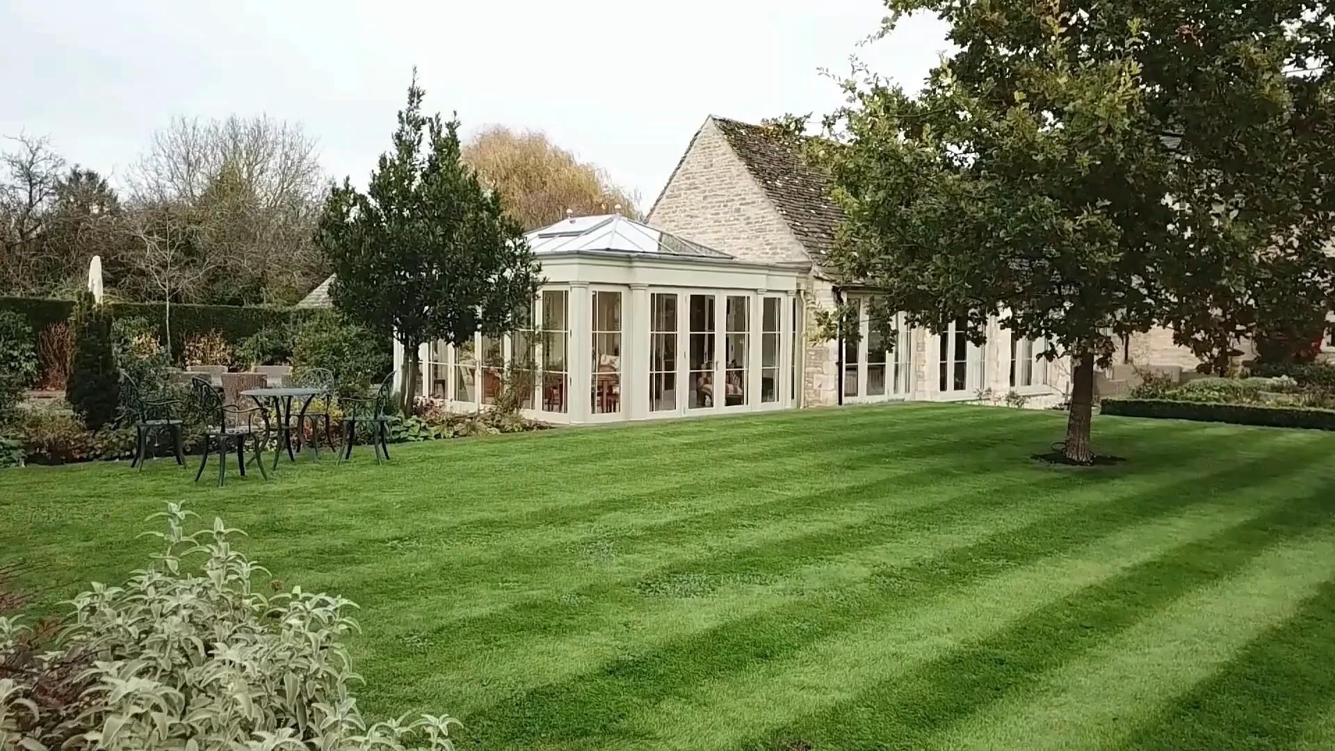 Photo of Vedute aeree di un premiato David Salisbury Orangery