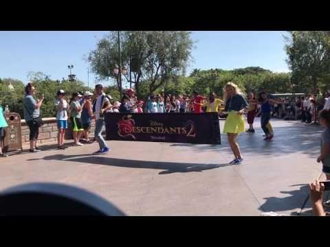 The cast of Descendants 2 at Disneyland!