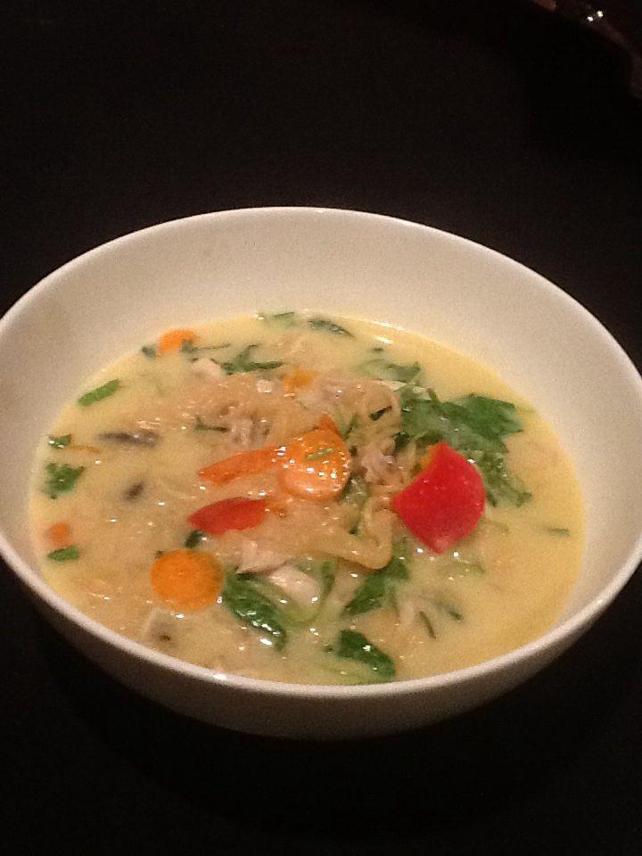 *Thai green curry coconut soepje. Het vereist wat ongewone ingrediënten maar is erg simpel om te maken. Koop een kip (2,4kg)en versnij deze in filets (600 g) en de rest. De rest van de bouten,vleugels en karkas zet je onder water met soepgroenten en een kippebouillonblokje. Laat 20 min koken en laat onder deksel afkoelen. Haal de kip eruit, pluk ze in mooie stukken (490 g had ik nog in pluksel)  en zeef de bouillon in glazen flessen. Ik heb altijd een fles in de koelkast staan voor het…