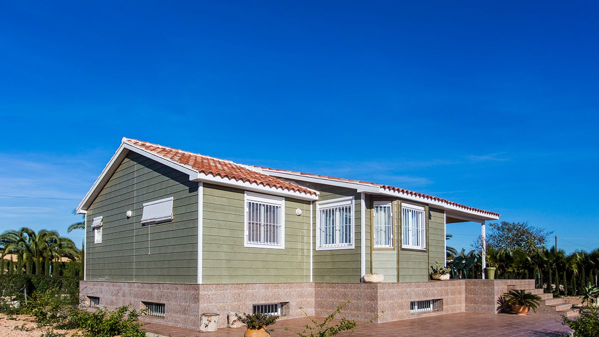 Casa De Madera Con Revestimiento Exterior En Canexel Verde