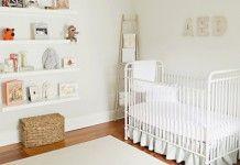 Quarto de bebê branco com berço de ferro