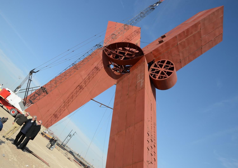 Ciudad Juárez se encuentra en una etapa de restauración general. Al llegar a la ciudad, se pueden observar hombres trabajando a más de 40 metros de altura en la reconstrucción de la famosa escultura de la X de Sebastián, que ahora luce en la plaza de la Mexicanidad. Esta plaza se encuentra ubicada justo a las faldas del río Bravo por el lado mexicano. La gigantesca escultura se puede apreciar desde la ciudad de El Paso Texas, en los Estados Unidos. Visite Ciudad Juárez…