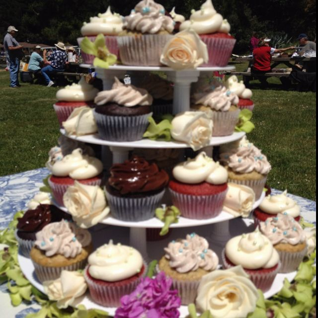Simple Outdoor Wedding Reception Ideas: Cupcakes For A Picnic Wedding Reception!
