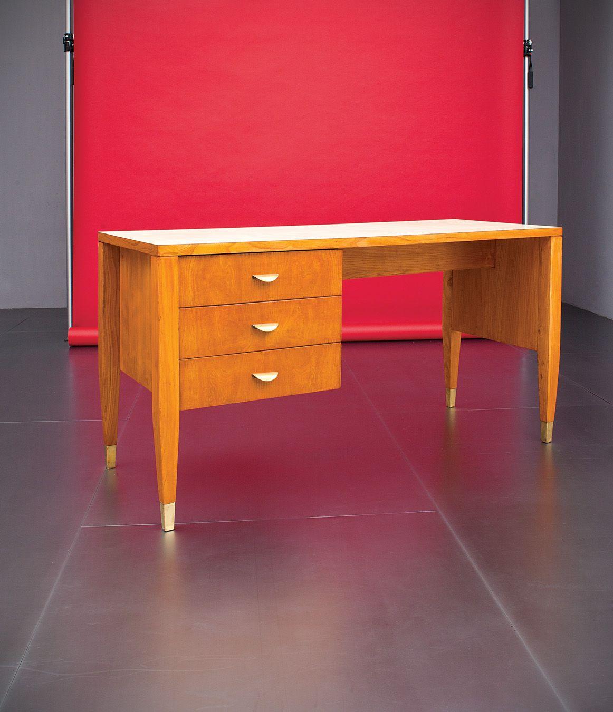 Gio Ponti Scrivania Legno di frassino massello, multistrato lastronato in legno di frassino, piano in laminato, maniglie e puntali in ottone. Prod, I.S.A.,1957