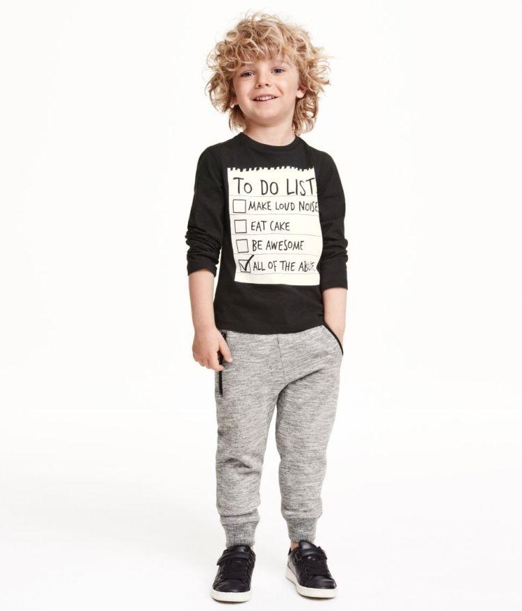 Lassige Frisur Fur Lockige Haare Und Casual Outfit Jungs Frisuren Kleidung Fur Jungen Kind Mode