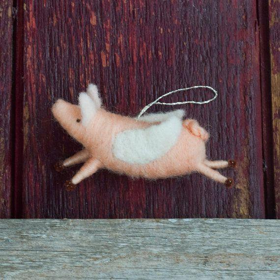 Het perfecte cadeau voor de persoon die zei dat het niet kon gebeuren... of degene die wist het dat kon!  Onze vliegende varkens zijn 3.5 duim lang, met een 1,5 inch gevouwen spanwijdte. Elk varken is gemaakt van wol, naald vilten over een pipe cleaner-frame, met gebeeldhouwde oren en gestikte ogen. De vleugels zijn gemaakt van witte wol voelde. En check out deze schattige staart!  We zullen een vliegende varken ornament in deze stijl voor u kiezen op het moment van verzending. Gelieve…