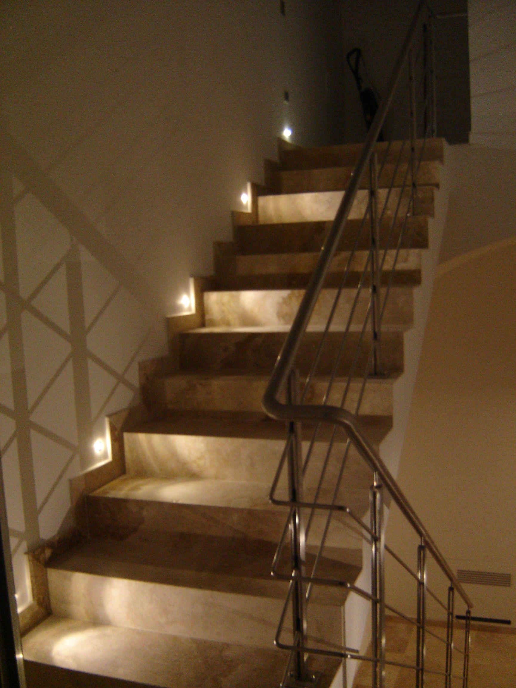 Illuminazione led scala la cava senese pinterest for Lampadari per vani scale