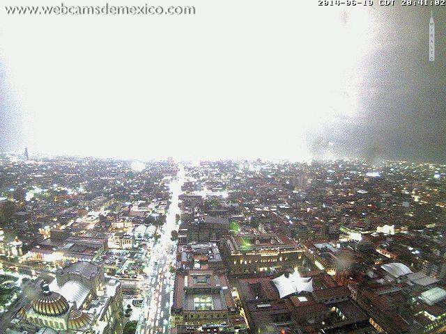 ¡Impresionante! El relámpago que anoche iluminó el norte de la #CDMX durante la tormenta eléctrica pic.twitter.com/WPhSaaPHdE