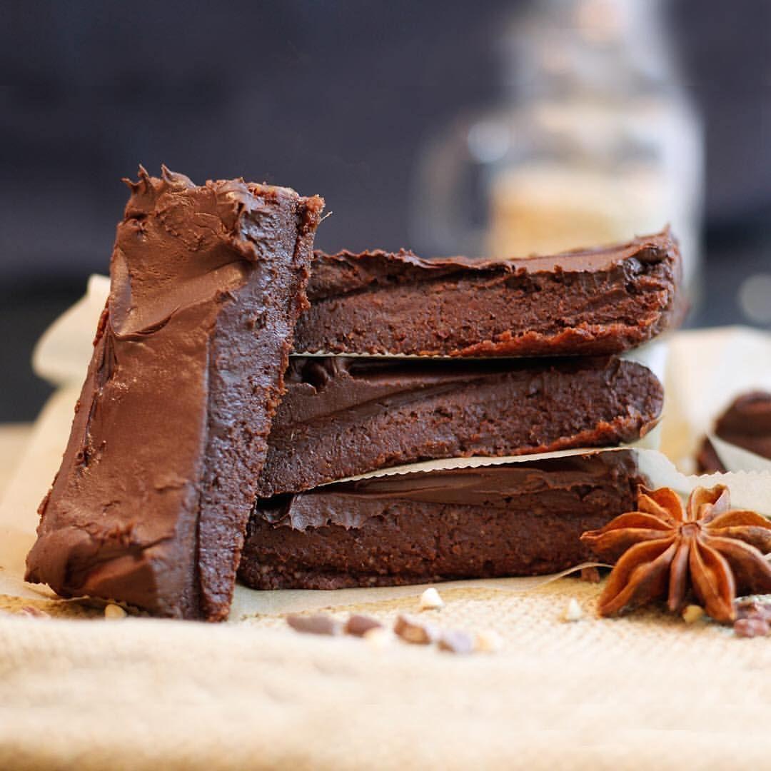 "13.1 tis. To se mi líbí, 136 komentářů – Let's Cook Vegan (@letscookvegan) na Instagramu: ""Raw Brownie Ganache Bites by @greensmoothiegourmet 💛  Ingredients: - 3/4 cup walnuts - 1 cup pitted…"""