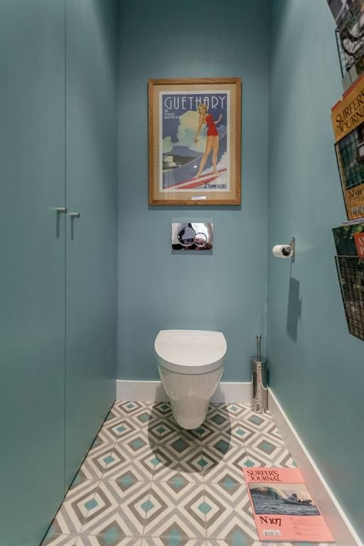 Cabinet aux murs bleu horizon et carrelage à motifs géométriques