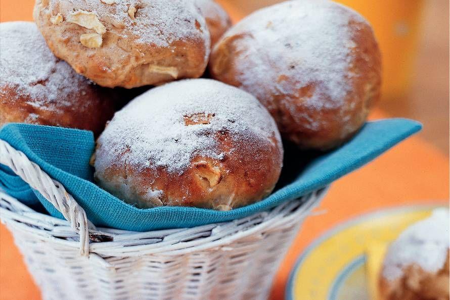 Kijk wat een lekker recept ik heb gevonden op Allerhande! Zoete appel-abrikozenbroodjes