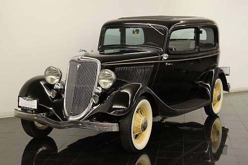 1934 Ford Tudor Deluxe Sedan - Obviously not that little ;o) I'm in love <3 (St Louis Car Museum)