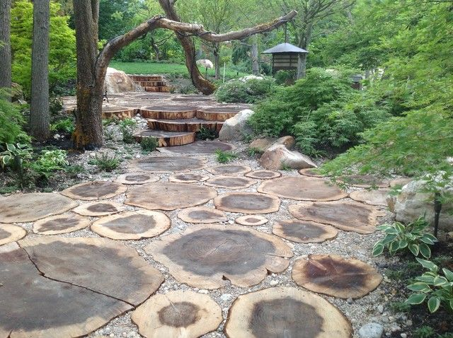 Love the gravel in between wood stepping stones made Round wooden stepping stones