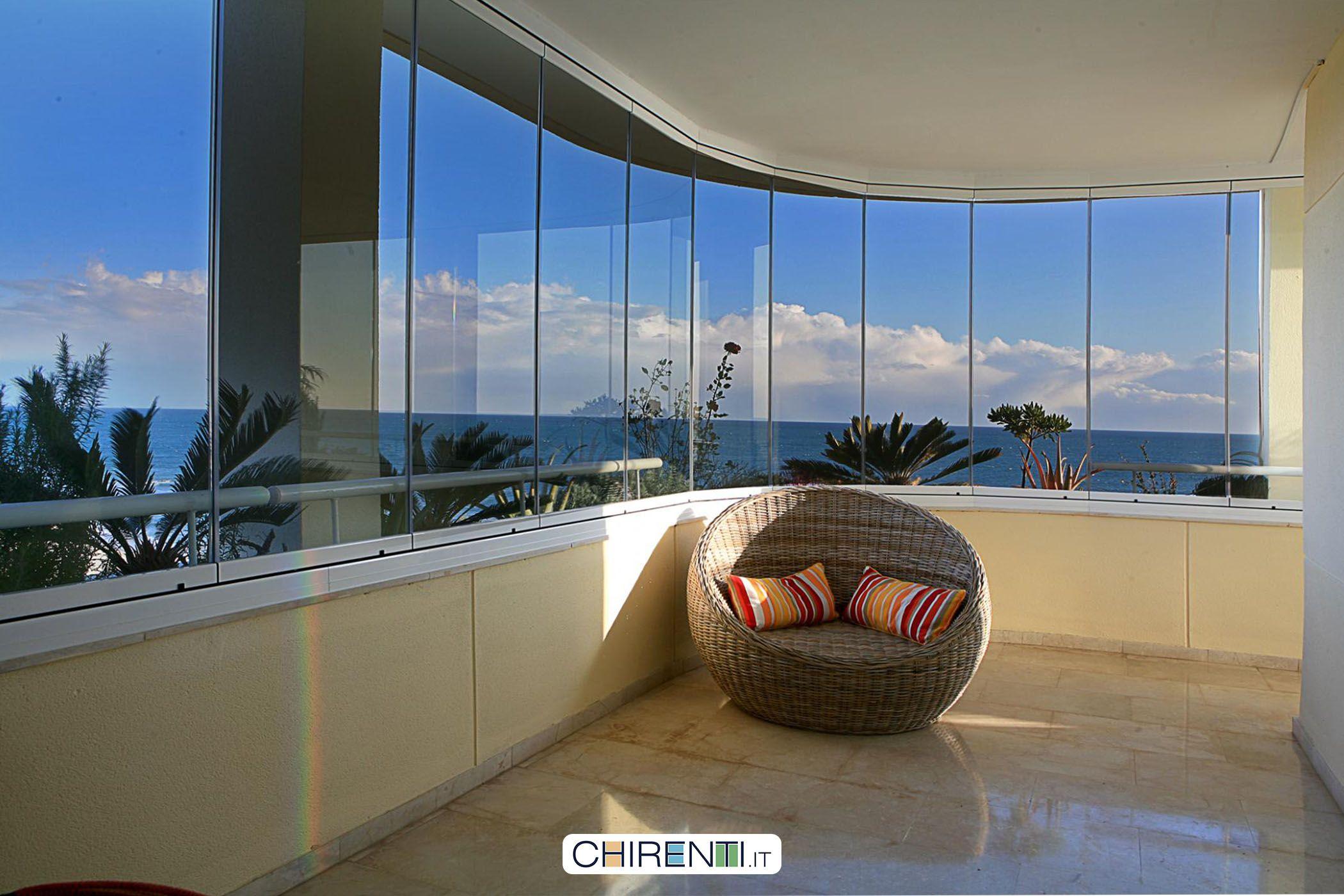 Una panoramica bellissima da un balcone chiuso con delle vetrate ...