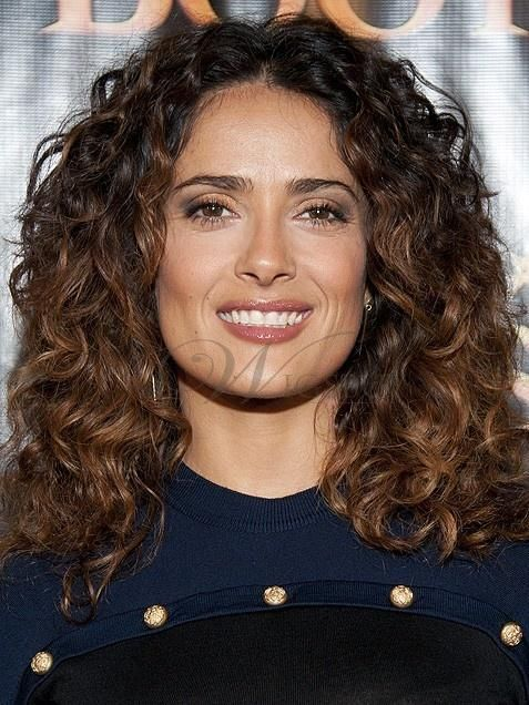 Salma Hayek Pumps Up The Volume On Her Look With Gentle Ringlets Finger Brushed To Maintain Nat Curly Hair Tips Curly Hair Styles Naturally Chestnut Hair Color